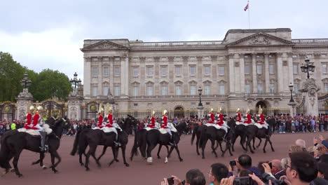 Los-Guardias-Montados-Del-Palacio-De-Buckingham-A-Caballo-En-Frente-Del-Palacio-De-Buckingham-Londres-Inglaterra