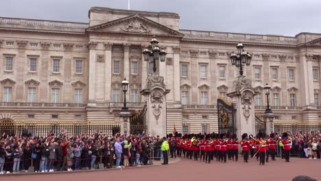 Buckingham-palace-guards-marching-band-in-front-of-Buckingham-Palace-London-England