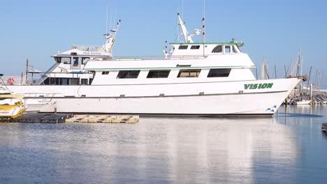 2019---Barcos-Similares-Al-Barco-De-Buceo-Conception-Propiedad-De-Truth-Aquatics-Se-Sientan-En-El-Puerto-De-Santa-Barbara-Tras-El-Trágico-Incendio-Del-Barco-De-Buceo-Cerca-De-Las-Islas-Del-Canal-1