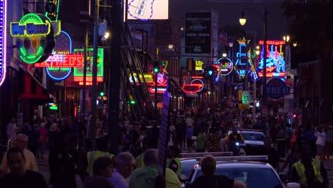Escena-Nocturna-En-Beale-Street-Memphis-Tennessee-El-Distrito-De-Entretenimiento-Con-Letreros-De-Neón-Bares-Discotecas-Y-Multitudes