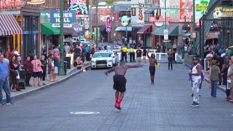 Los-Artistas-Callejeros-Hacen-Gimnasia-Y-Acrobacias-Para-Turistas-En-Beale-Street-Memphis-Tennessee