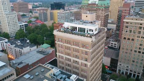 Buena-Antena-Sobre-El-Penthouse-Bar-En-La-Parte-Superior-De-Un-Edificio-De-Gran-Altura-En-El-Centro-De-Memphis-Tennessee-1