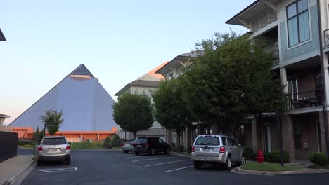 Establishing-shot-of-an-apartment-complex-with-Memphis-pyramid-background
