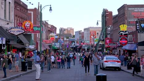 Multitudes-Mill-En-Beale-Street-En-Medio-De-Bares-Clubes-Restaurantes-Y-Letreros-De-Neón-En-El-Centro-De-Memphis-Tennessee-1