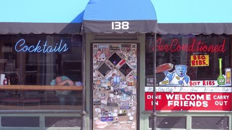 Un-Hombre-Se-Desmayó-Borracho-En-La-Ventana-De-Un-Bar-De-Cócteles-En-Beale-Street-Memphis-Tennessee