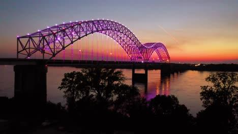 Buenas-Tardes-Nocturnas-Antena-De-Memphis-Hernando-De-Soto-Bridge-Con-Luces-De-Colores-Y-El-Río-Mississippi