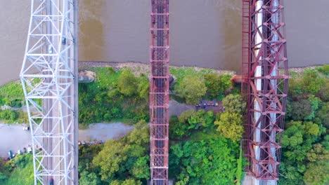 Bird&#39-s-Eye-Straigfht-Hacia-Abajo-La-Antena-De-Los-Emblemáticos-Tres-Puentes-De-Acero-Sobre-El-Río-Mississippi