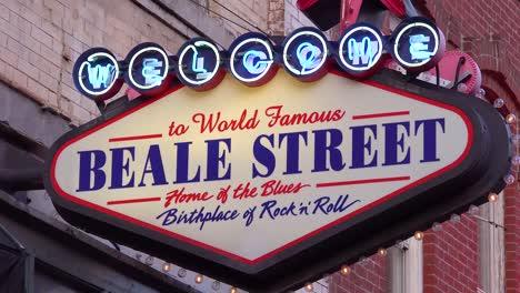 Cartel-De-Neón-En-Beale-Street-Memphis-Identifica-El-Famoso-Distrito-De-Discotecas-Bares-Y-Clubes