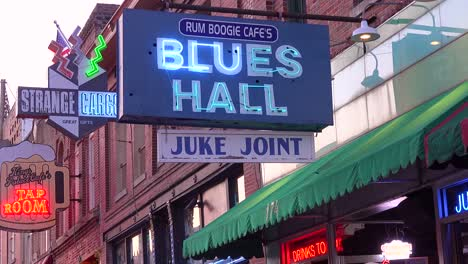 Neon-sign-on-Beale-Street-Memphis-identifies-Blues-hall-juke-joint-and-Rum-Boogie-Cafe-amongst-nightclubs-bars-and-clubs-1