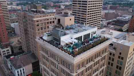 Buena-Antena-Sobre-El-Penthouse-Bar-En-La-Parte-Superior-De-Un-Edificio-De-Gran-Altura-En-El-Centro-De-Memphis-Tennessee-2