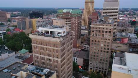 Buena-Antena-Sobre-El-Penthouse-Bar-En-La-Parte-Superior-De-Un-Edificio-De-Gran-Altura-En-El-Centro-De-Memphis-Tennessee-3