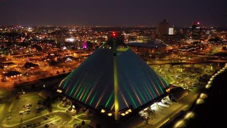 Schöne-Nachtluftaufnahme-Der-Memphis-Pyramide-Hernando-De-Soto-Brücke-Und-Der-Innenstadt-Von-Memphis-In-Der-Abenddämmerung