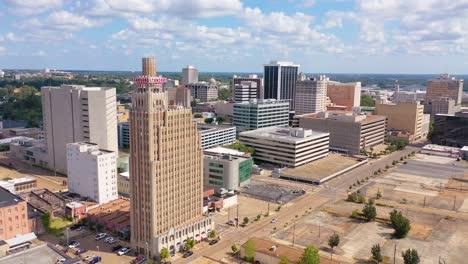 Buena-Toma-Aérea-De-Establecimiento-De-Vida-Estándar-Y-Edificios-En-El-Distrito-Comercial-Del-Centro-De-Jackson-Mississippi-1