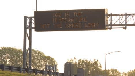 Un-Letrero-Humorístico-En-La-Autopista-En-Un-Día-Caluroso-Dice-Que-100-Grados-Es-La-Temperatura-No-El-Límite-De-Velocidad-