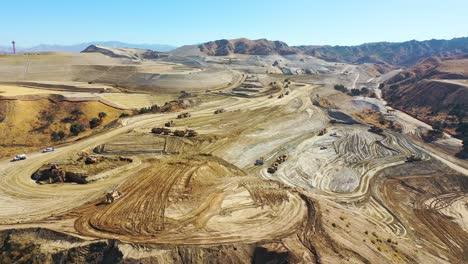 Antenne-über-Einem-Riesigen-Riesigen-Grundstück-Bauprojektentwicklung-In-Den-Hügeln-über-Santa-Clarita-Kalifornien-Deutet-Auf-Die-Zersiedelung-Von-Los-Angeles-Hin