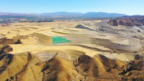 Antenne-über-Einem-Riesigen-Riesigen-Grundstück-Bauprojektentwicklung-In-Den-Hügeln-Oberhalb-Von-Santa-Clarita-Kalifornien-Deutet-Auf-Die-Zersiedelung-Von-Los-Angeles-Hin-5