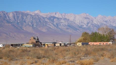 2019---Una-Pequeña-Ciudad-Descuidada-Keeler-California-En-Owens-Valley-Alberga-Buscadores-De-Ratas-Del-Desierto-Y-Vagabundos-Mt-Whitney-Sierra-Nevada-Montañas-En-Segundo-Plano