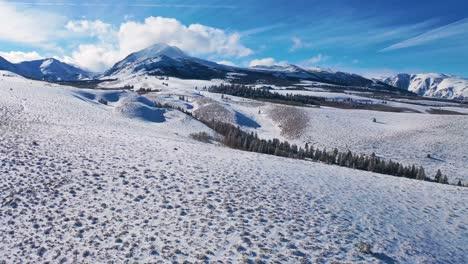 2020-schöne-Antenne-über-Schneebedeckten-Bergen-In-östlichen-Sierras-In-Der-Nähe-Von-Mammut-Lakes-Kalifornien