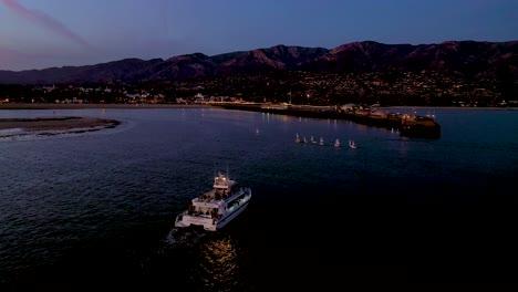 2020---Nacht--Oder-Dämmerungsantenne-über-Einem-Fischerboot-Das-In-Den-Hafen-Von-Santa-Barbara-Einfährt