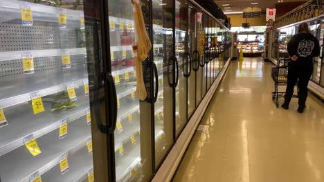 2020:-Los-Estantes-De-Los-Supermercados-Y-Tiendas-Están-Casi-Vacíos-Durante-El-Brote-Del-Virus-Covid-19-Del-Coronavirus-En-América-4