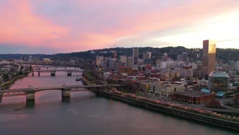 Sehr-Gute-Dämmerungsantenne-Der-Innenstadt-Von-Portland-Oregon-Willamette-River-Skyline-Hirschschild-Brücken-Und-Altstadt