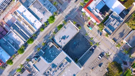 2020---top-down-birds-eye-view-vista-aérea-of-the-streets-of-Ventura-California-mostly-empty-as-all-businesses-close-during-the-Coronavirus-Covid-19-epidemic-crisis-1