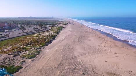 2020:-Antena-De-La-Estación-De-Salvavidas-Cerrada-Y-Las-Playas-Abandonadas-De-Ventura-En-El-Sur-De-California-Durante-La-Epidemia-De-Coronavirus-Covid-19-Mientras-La-Gente-Se-Queda-En-Casa-En-Masa-2
