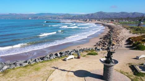 2020:-Vista-Aérea-De-La-Estatua-De-La-Sirena-Y-Las-Playas-Abandonadas-De-Ventura-En-El-Sur-De-California-Durante-La-Epidemia-De-Coronavirus-Covid-19-Mientras-La-Gente-Se-Queda-En-Casa-En-Masa