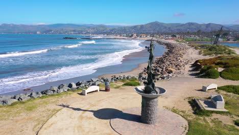 2020:-Vista-Aérea-De-La-Estatua-De-La-Sirena-Y-Las-Playas-Abandonadas-De-Ventura-En-El-Sur-De-California-Durante-La-Epidemia-De-Coronavirus-Covid-19-Mientras-La-Gente-Se-Queda-En-Casa-En-Masa-1