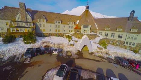 Una-Majestuosa-Toma-Aérea-Ascendente-Sobre-Un-Enorme-Hotel-O-Cabaña-De-Esquí-Para-Revelar-Mt-Hood-Oregon