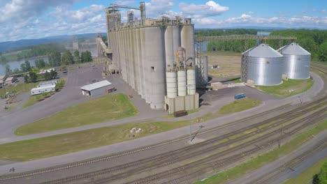 Ein-Aufsteigender-Luftschuss-über-Einem-Zementwerk-Oder-Einer-Getreideraffinerie
