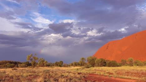 Se-Forma-Un-Arco-Iris-Durante-Una-Tormenta-Cerca-De-Ayers-Rock-Uluru-En-El-Interior-De-Australia-1