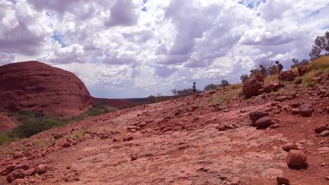 Los-Excursionistas-Caminan-Por-El-Parque-Nacional-Kata-Tjuta-En-Australia-1