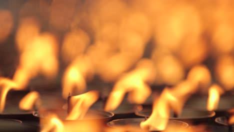 Hermosas-Velas-De-Oración-Arden-En-Un-Templo-Budista