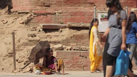 Menschen-Gehen-Vorbei-und-Ignorieren-Einen-Obdachlosen-Bettler-Auf-Den-Straßen-Von-Indien-Oder-Nepal