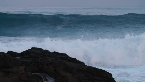 Massive-blue-waves-roll-into-the-coast-of-Hawaii-in-slow-motion-3