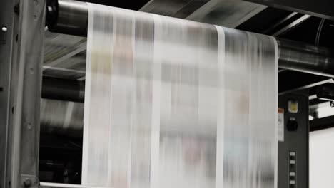 Los-Periódicos-Se-Mueven-A-Lo-Largo-De-Una-Cinta-Transportadora-En-Una-Fábrica-De-Periódicos-5