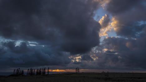 Hermosas-Nubes-Tropicales-Se-Mueven-En-Timelapse-En-El-Horizonte-En-La-Isla-Hawaiana-De-Molokai