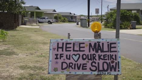 Un-Cartel-En-Un-Vecindario-Hawaiano-Insta-A-Las-Personas-A-Reducir-La-Velocidad-Y-Respetar-La-Seguridad