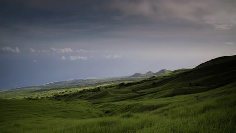 Una-Hermosa-Escena-Costera-Verde-En-La-Costa-En-Gran-Parte-Deshabitada-De-Molokai-Hawaii