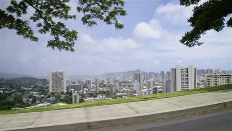 Downtown-Honolulu-Hawaii-Wird-Von-Einem-Vorbeifahrenden-Fahrzeug-Aus-Gesehen