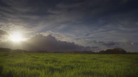Puesta-De-Sol-Detrás-De-Campos-Verdes-En-La-Isla-Hawaiana-De-Molokai