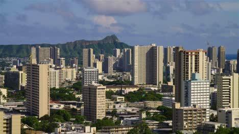Die-Stadtskyline-Von-Honolulu-Hawaii-Mit-Diamantkopfhintergrund