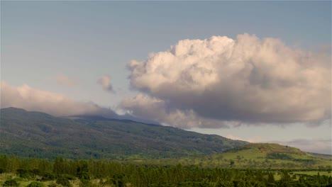 Lapso-De-Tiempo-De-Nubes-Moviéndose-Sobre-Campos-Verdes-En-La-Isla-De-Molokai-Hawaii-1