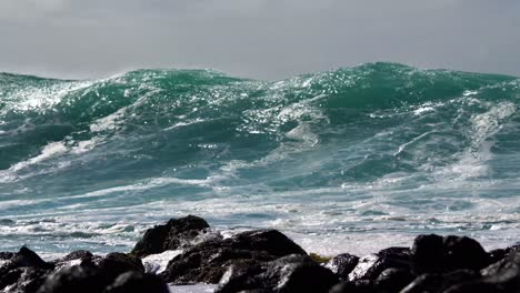 Blue-waves-roll-into-the-coast-of-Hawaii-in-slow-motion-1