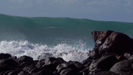 Blue-waves-roll-into-the-coast-of-Hawaii-and-break-on-the-shore-3