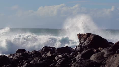Blue-waves-roll-into-the-coast-of-Hawaii-and-break-on-the-shore-5