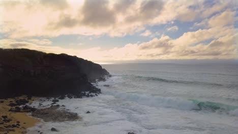 Hermosa-Antena-Sobre-Las-Olas-Rompiendo-En-Kaiaka-Rock-Molokai-Hawaii
