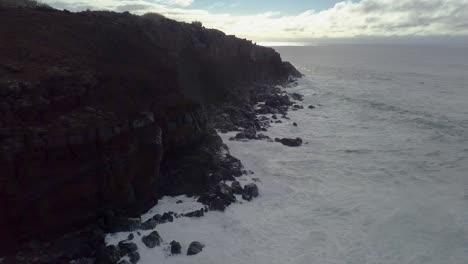 Hermosa-Antena-Sobre-Olas-Rompiendo-En-Kaiaka-Rock-Molokai-Hawaii-1