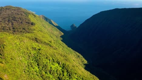Vista-Aérea-over-Waikolu-Valley-a-remote-and-restricted-wilderness-area-on-the-island-of-Molokai-Hawaii